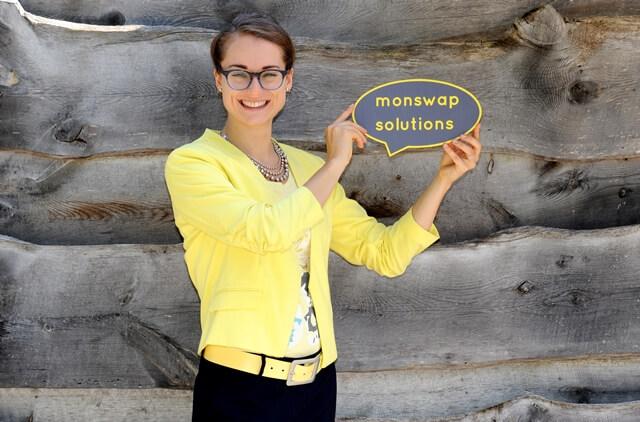 Texter gesucht? Monika Weber von monswap solutions heißt die Besucher ihrer Website willkommen, indem sie eine Logo-Sprechblase hochhält.