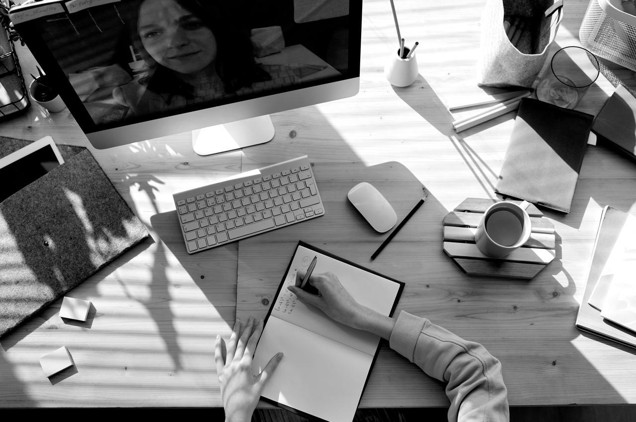 Symbolbild Content-Strategie SEO: In einem Videocall wird die neue SEO-Strategie besprochen