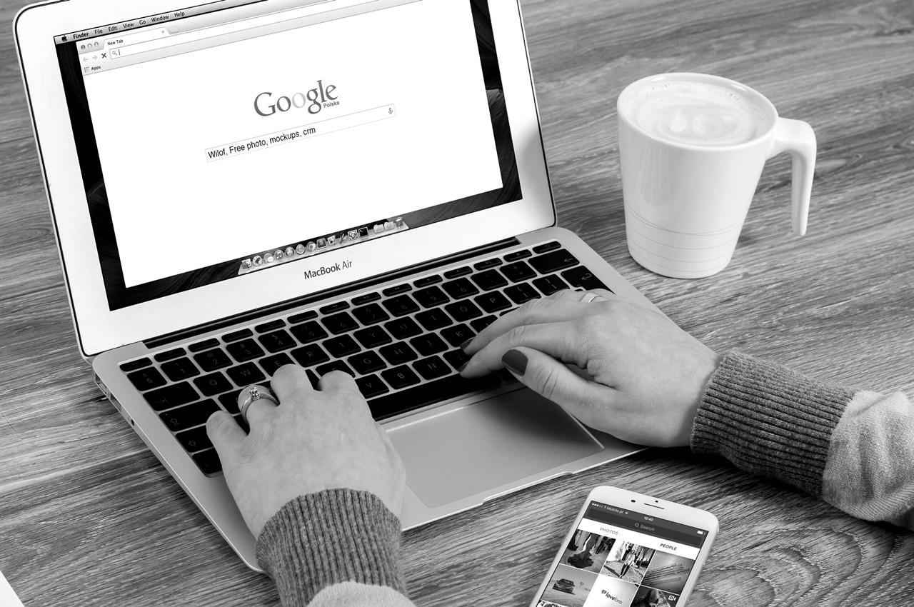 Symbolbild Onpage-Optimierung: Laptop und Smartphone