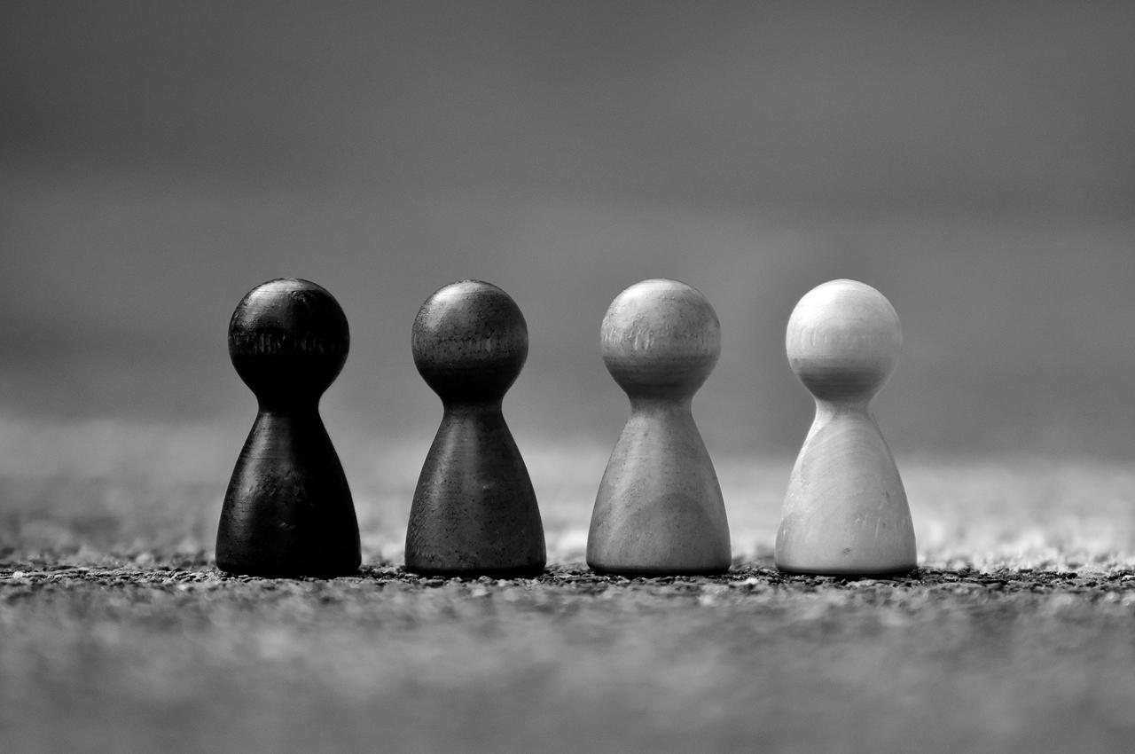 Symbolbild SEO Content-Strategie erstellen: 4 Spielfiguren stehen in einer Reihe