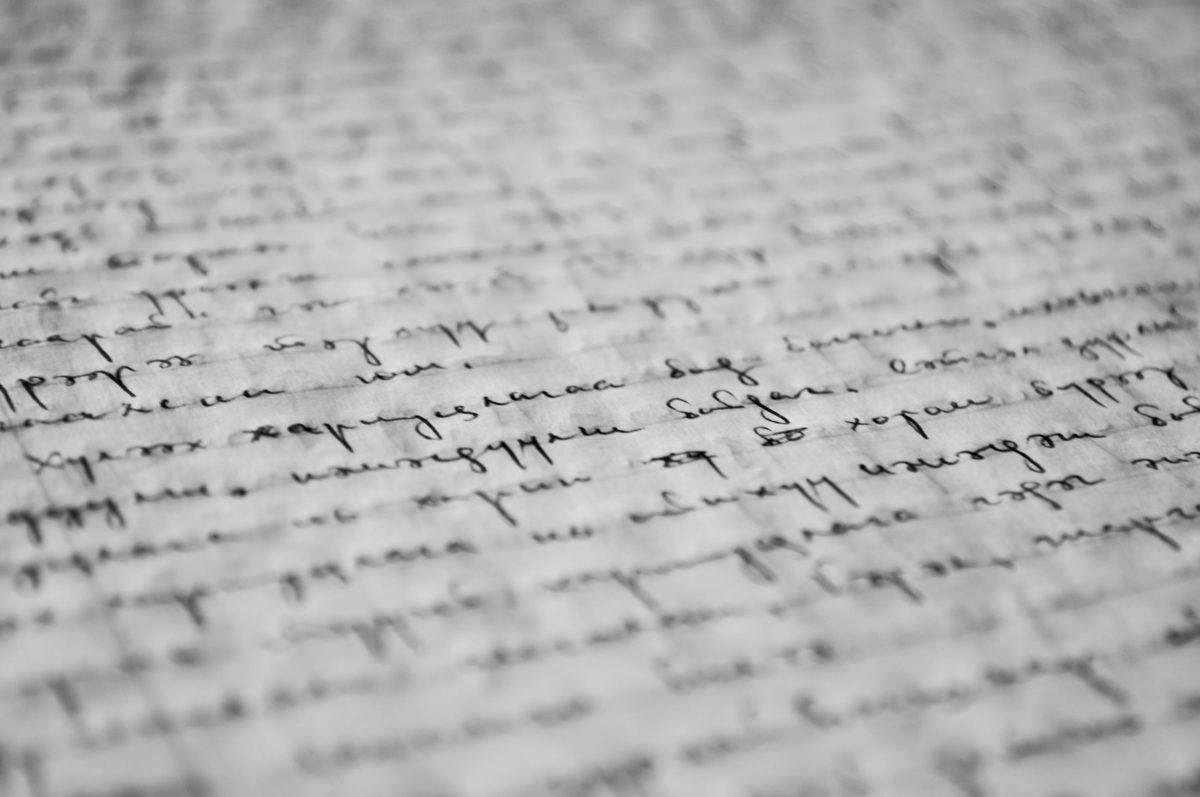 Symbolbild SEO-Textlänge: langer, handschriftlicher Text