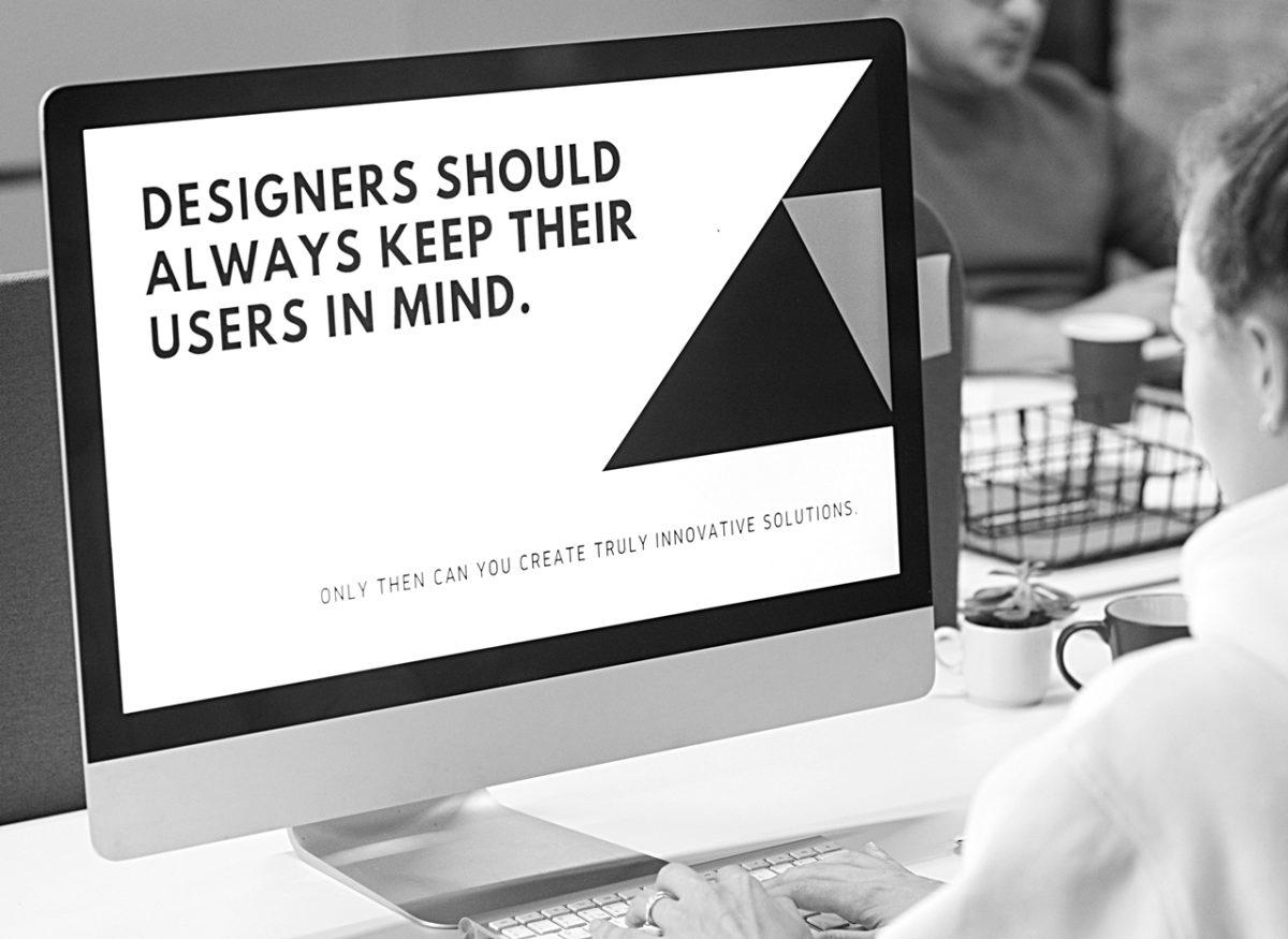 Symbolbild für UX-Writer und UX-Texter: Frau vor Computerbildschirm